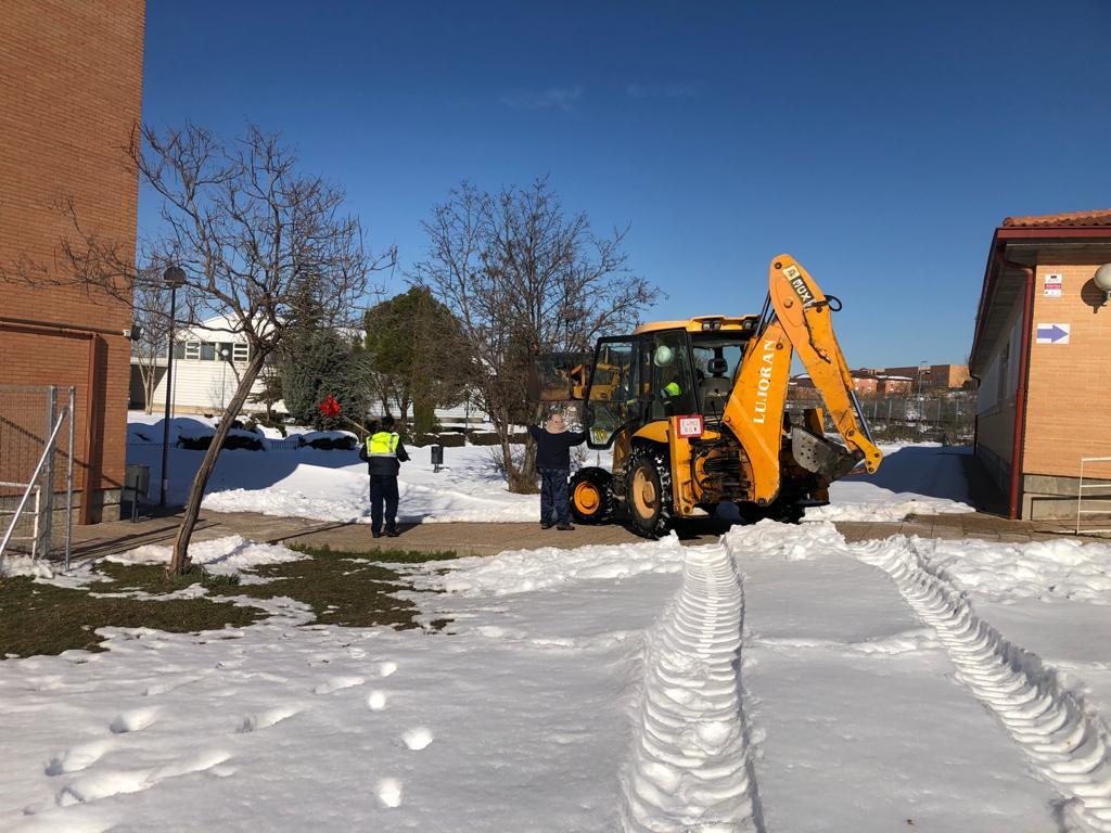 Limpiando de nieve el Instituto